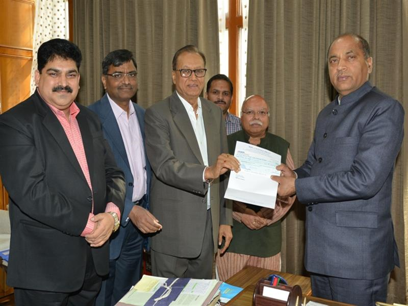 Chief Minister Shri Jai Ram Thakur being presented a cheque of Rs. Five Lakh by members of Birla Textile Mills Baddi towards CM relief fund at Shimla  on 15 May 2018.