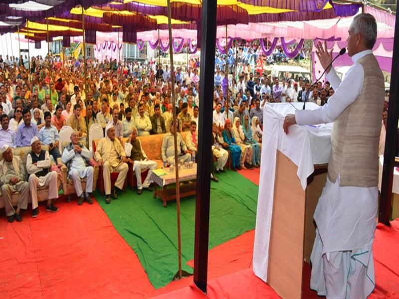 Governor Acharya Devavrat addressing on the occasion of the diamond jubilee celebrations of Pajhota Golikand at Habban in Sirmaur district on 11 June 2018.
