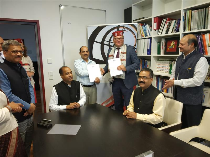 A MoU  being signed between the Government of HP and Frankfurt Innovation Zentrum (FIZ) in the presence of Chief Minister Jai Ram Thakur at Frankfurt, Germany